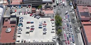 Cars parking on the roof of a buildung
